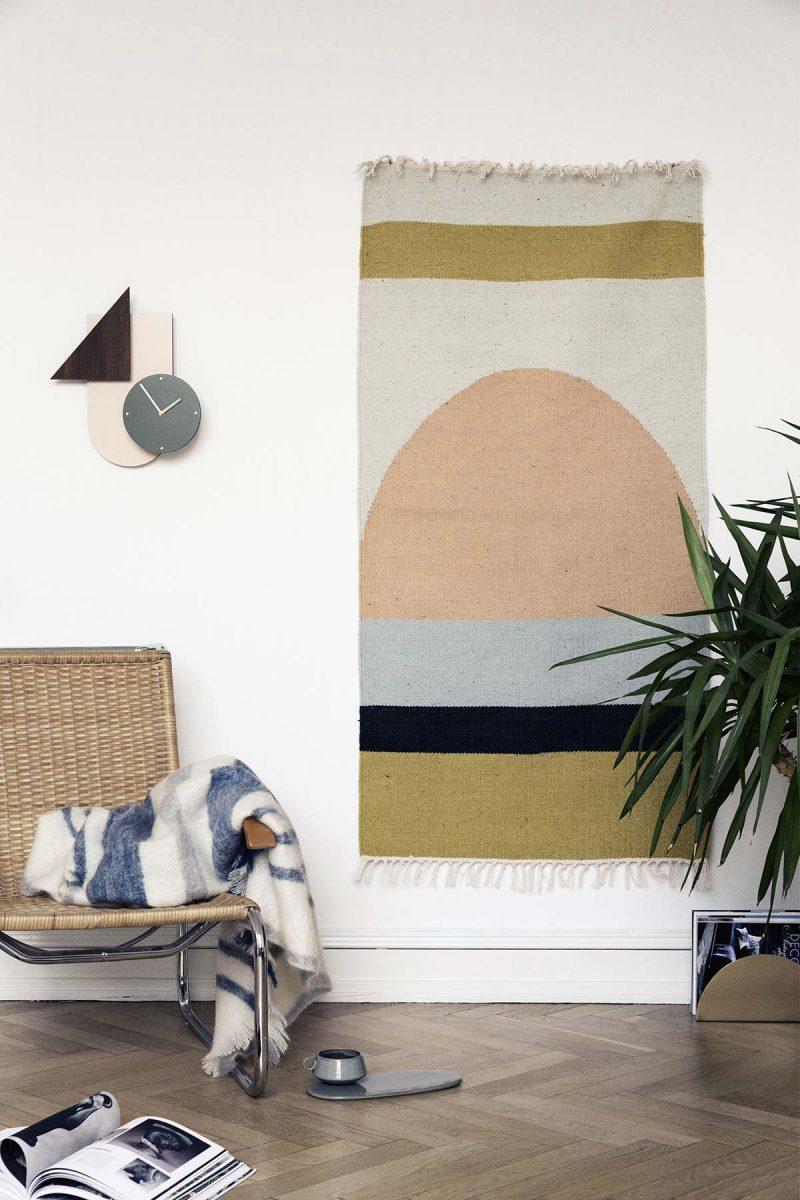 Déco scandinave avec un tapis au mur