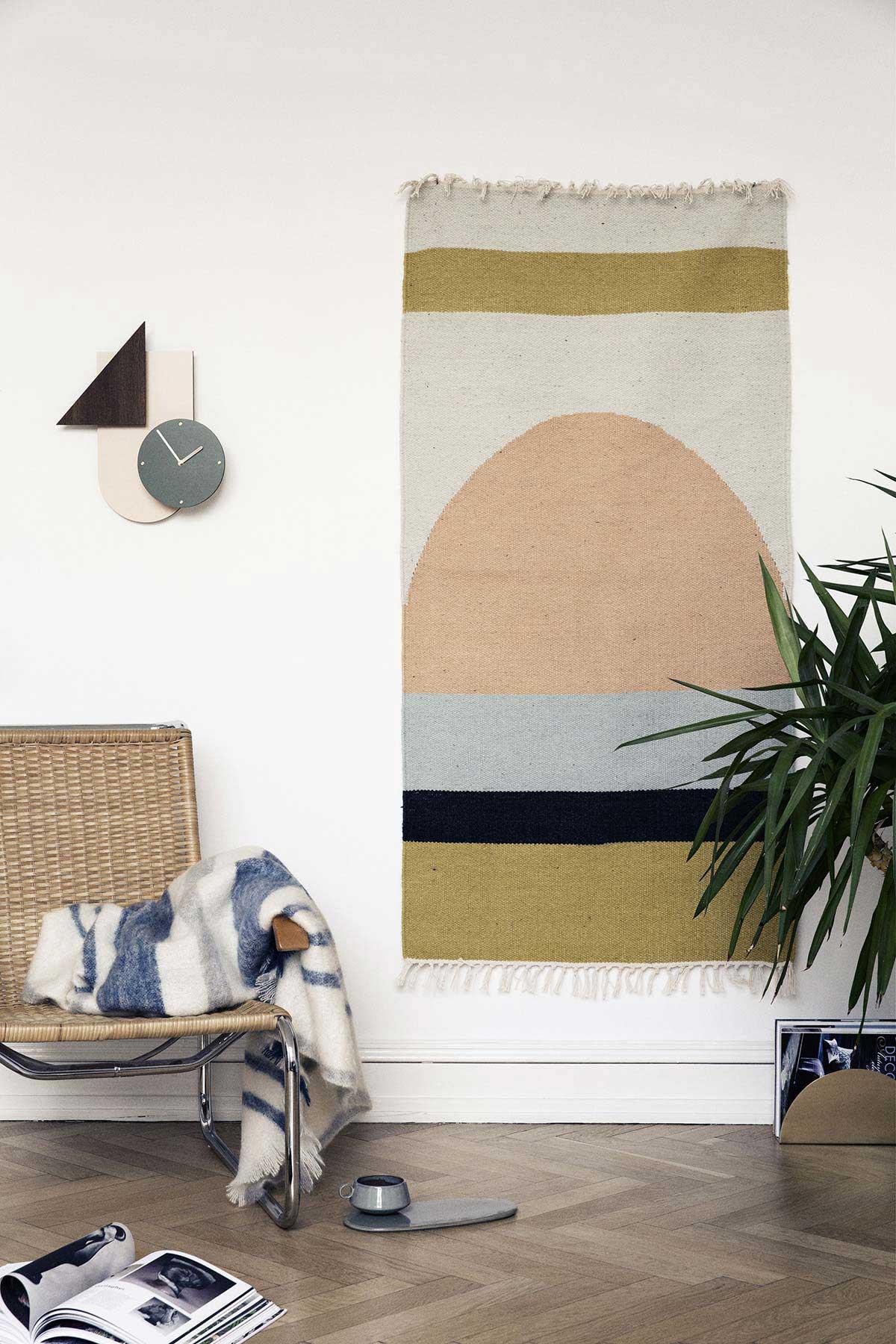 d co scandinave avec un tapis au mur. Black Bedroom Furniture Sets. Home Design Ideas