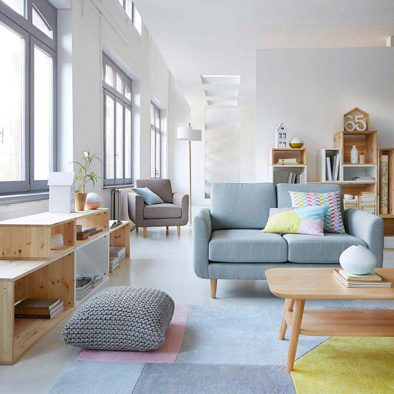 Poufs et fauteuils dans un salon à la déco scandinave