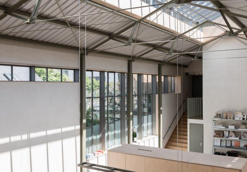 Loft avec grandes fenêtres