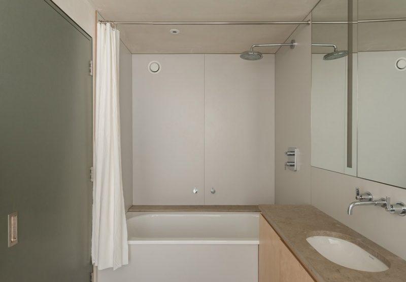 Salle de bains avec contreplaqué