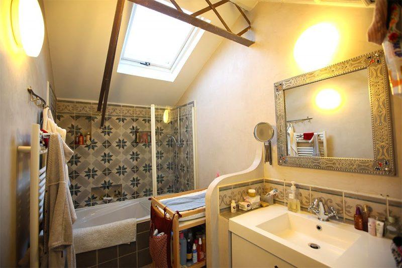 salle de bains avec carreaux de ciment. Black Bedroom Furniture Sets. Home Design Ideas