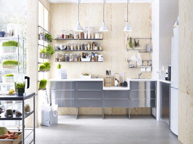 Mur en bois naturel pour créer une déco scandinave dans une cuisine Ikea