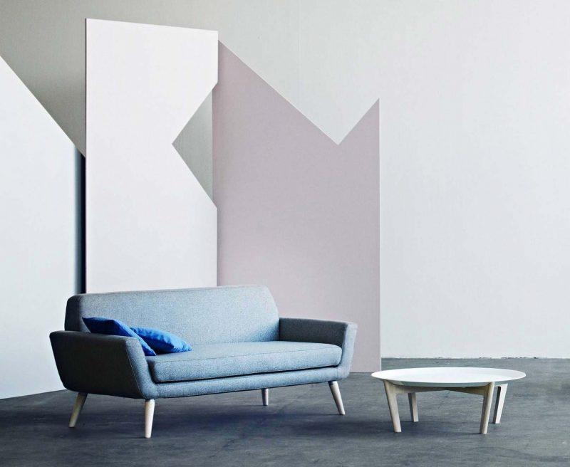 Canapé dans un salon à déco scandinave avec pieds en bois par Softline