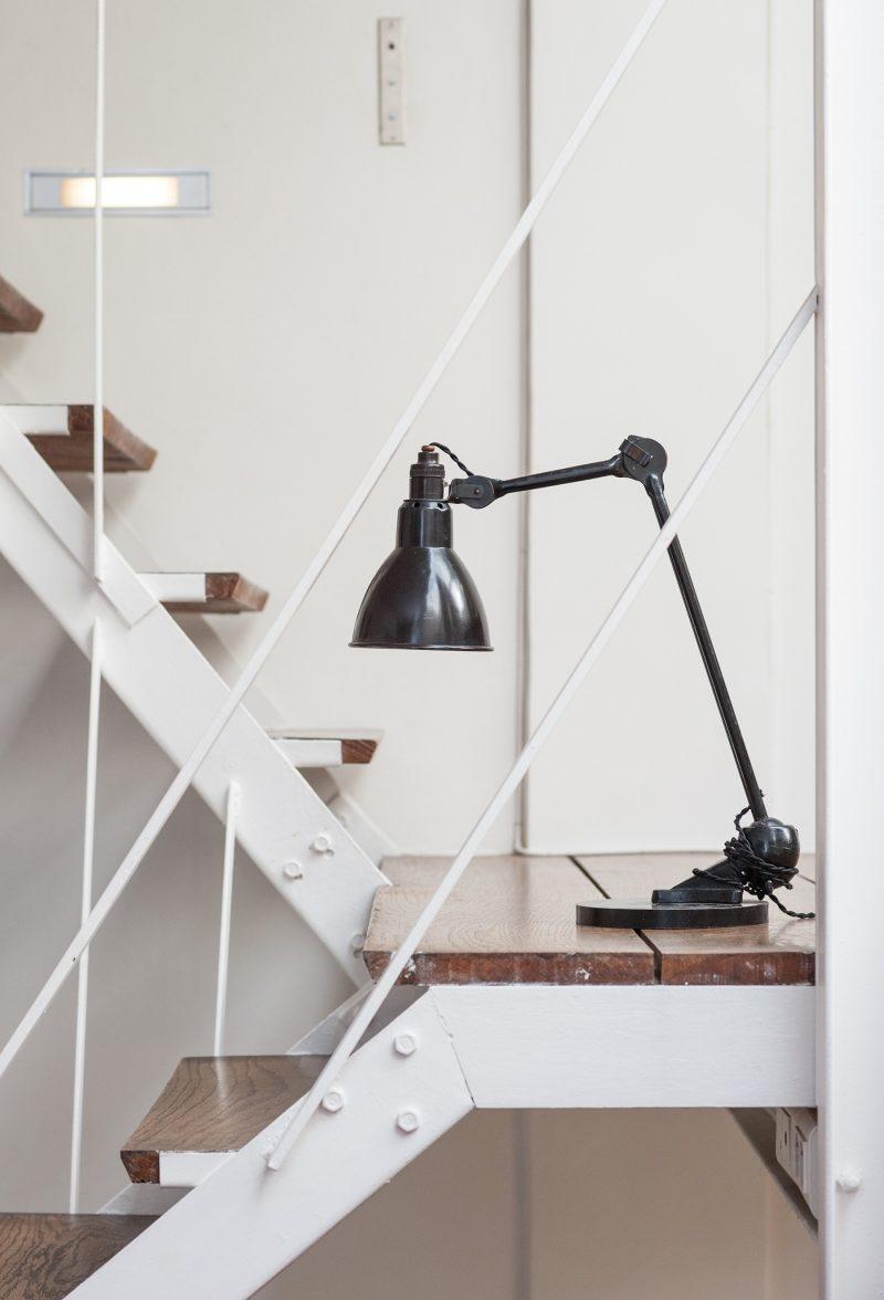 Escalier en métal blanc et bois