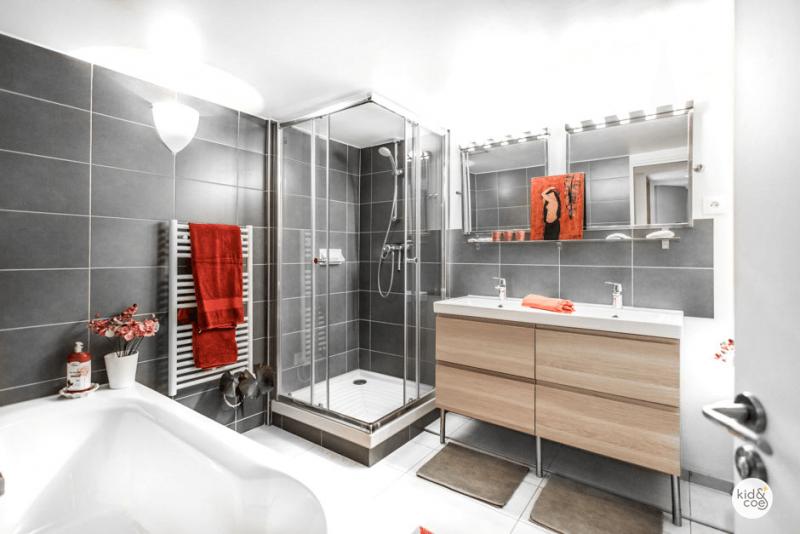 Salle de bains avec carrelage gris