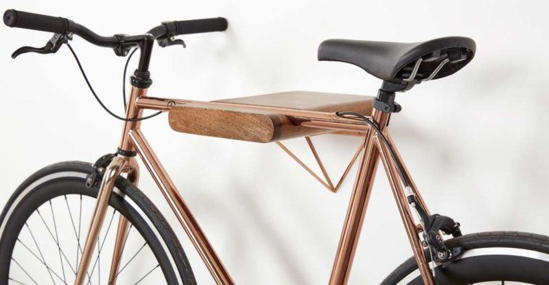 Porte-vélo en bois et cuivre