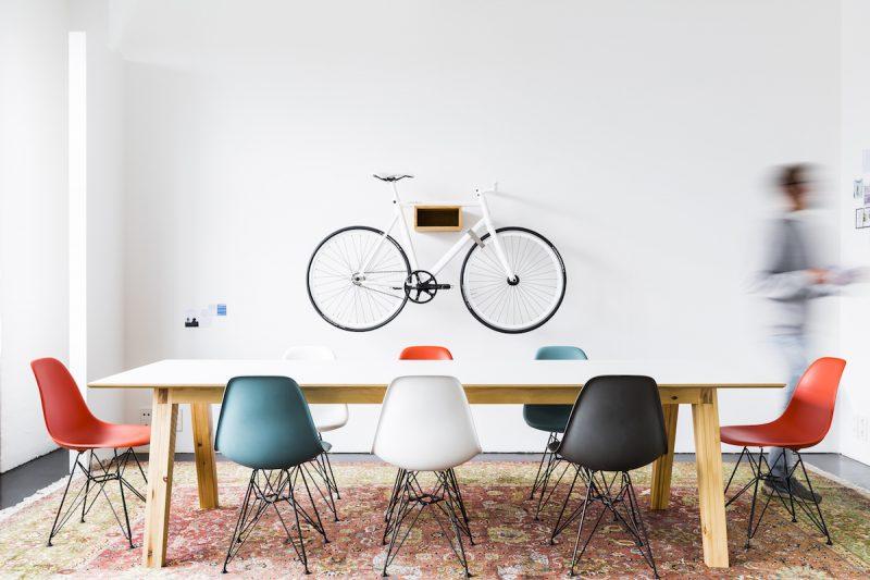 Vélo accroché au mur