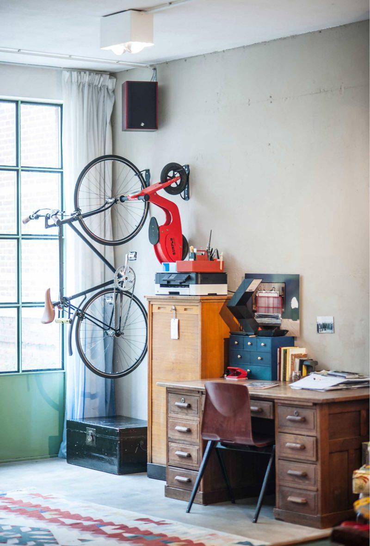 Vélo fixé au mur déco