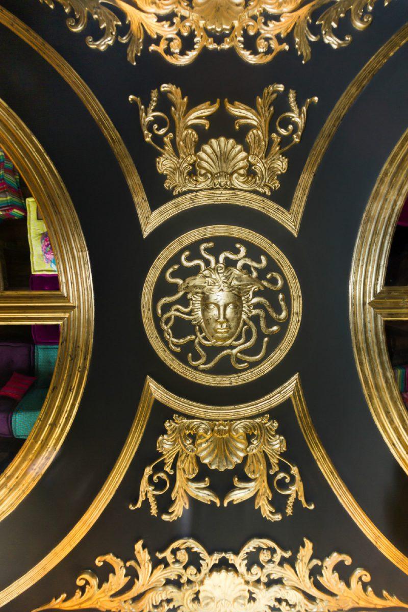 Plafond à la déco baroque