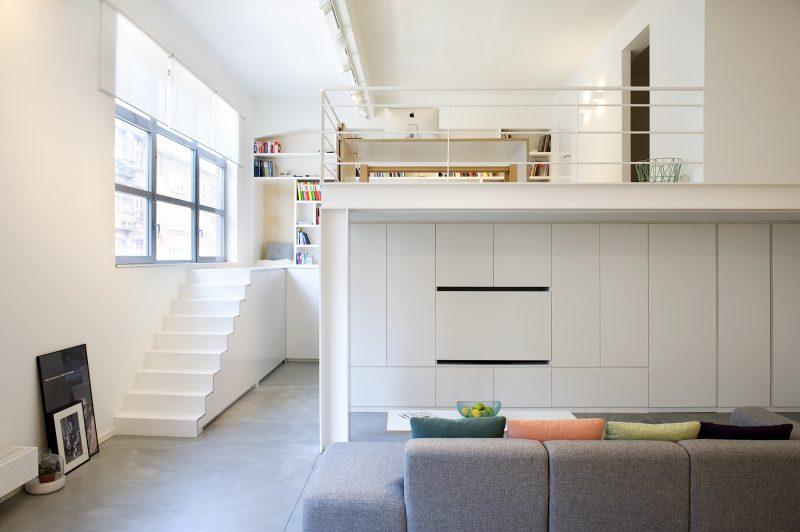 Loft avec escalier blanc