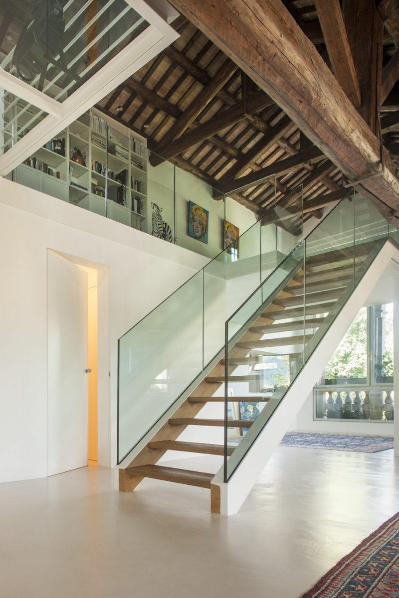 Escalier moderne en verre et métal