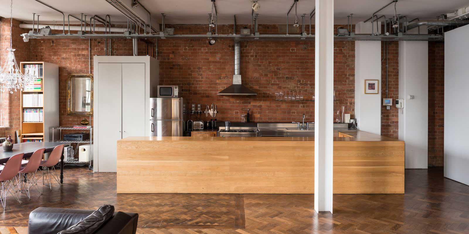 loft industriel avec parquet b tons rompus. Black Bedroom Furniture Sets. Home Design Ideas