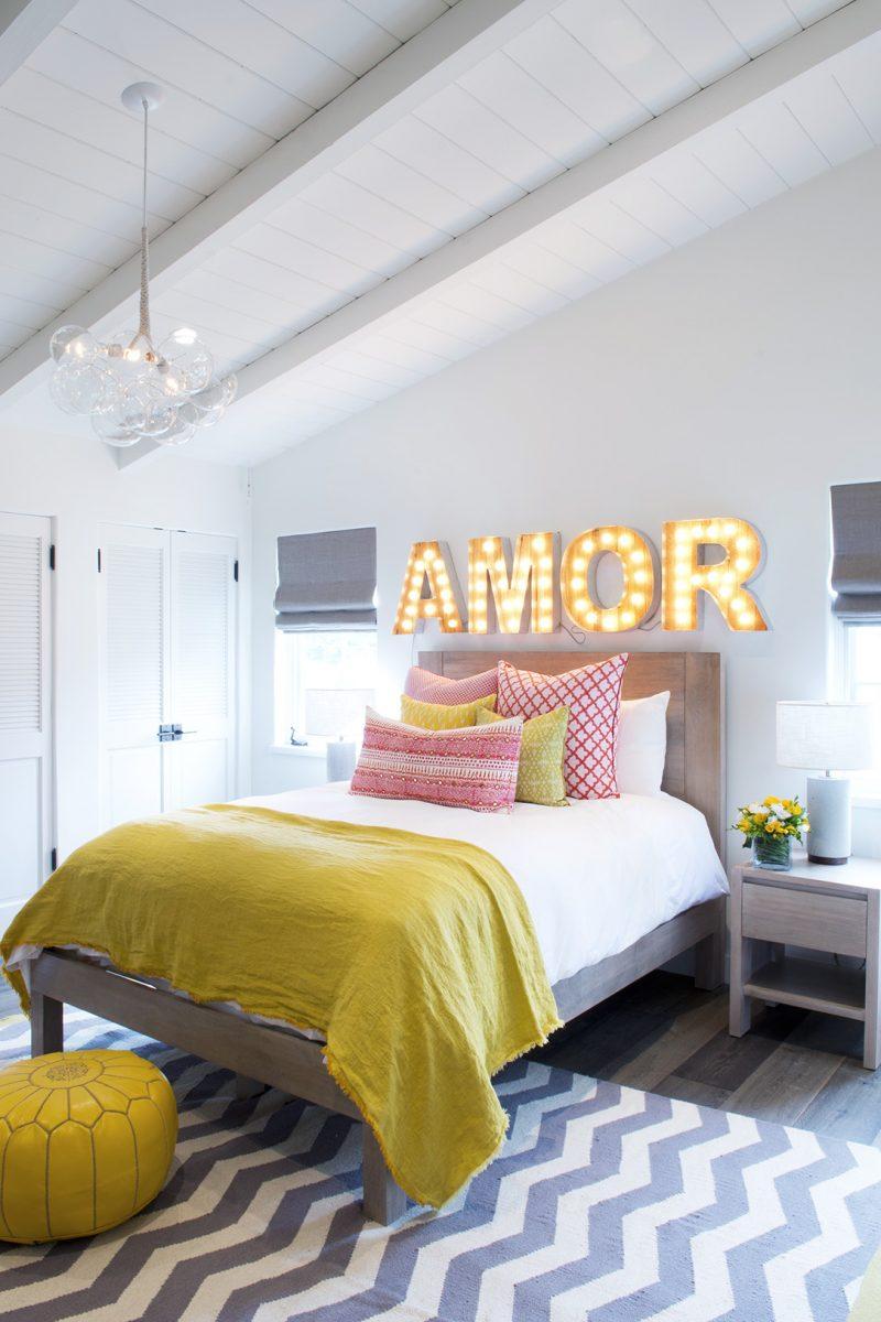 Tête de lit avec lettres lumineuses