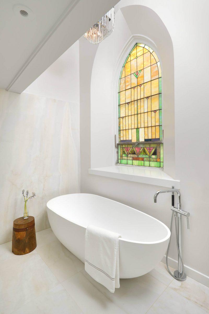 Salle de bains du loft dans une église