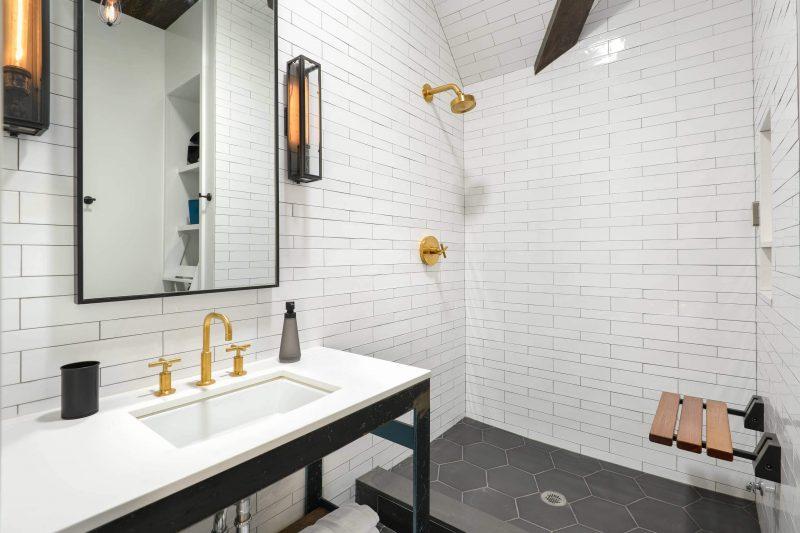 Salle de bains avec carrelage blanc