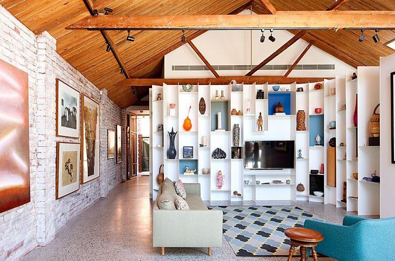 Loft avec plafond en lambris