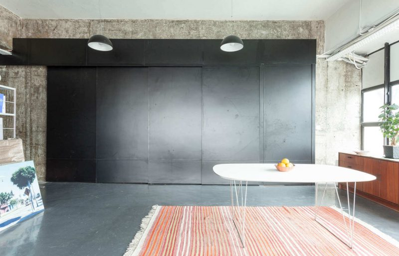cuisine cach e par des portes coulissantes. Black Bedroom Furniture Sets. Home Design Ideas