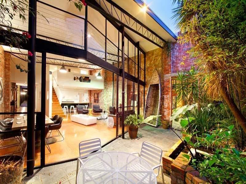 Loft avec grande baie vitrée et patio