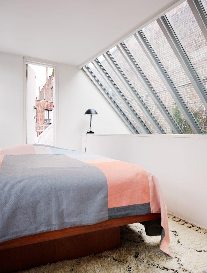 Chambre avec verrière dans un loft
