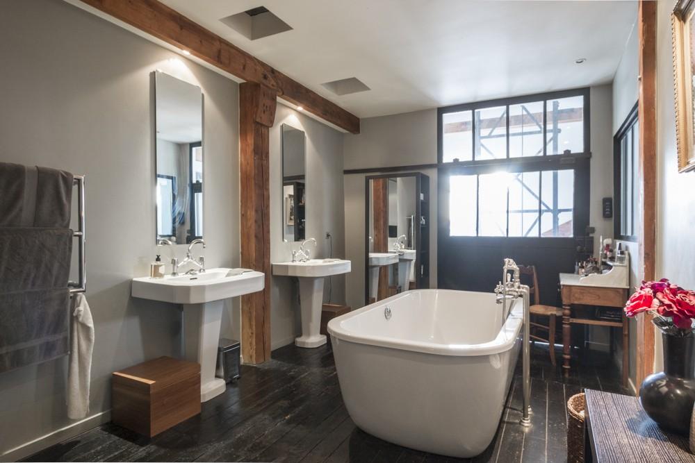 Salles de bains avec parquet noir
