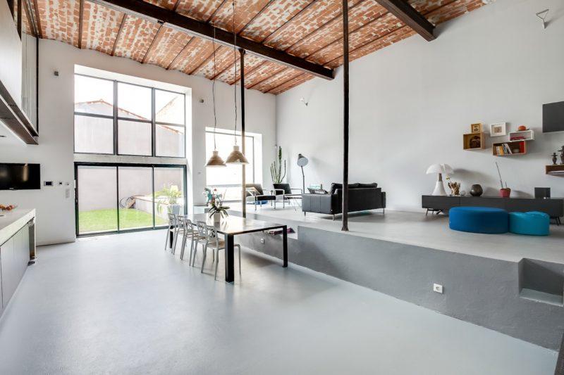 Loft avec plafond en briques
