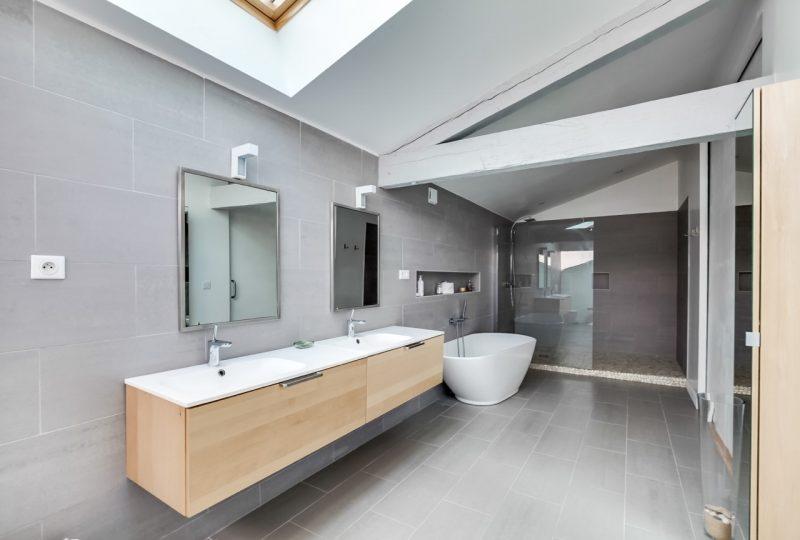 Salle de bains avec double vasque