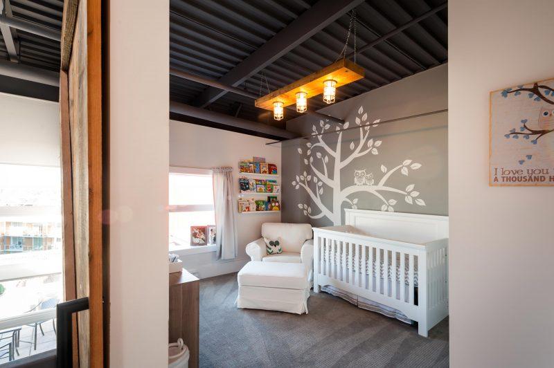Chambre d'enfant avec mur gris