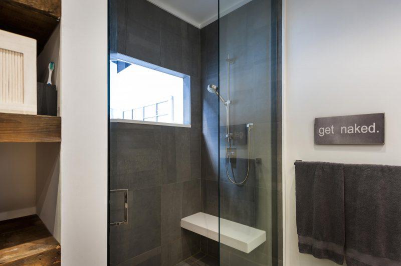 Douche avec fenêtre