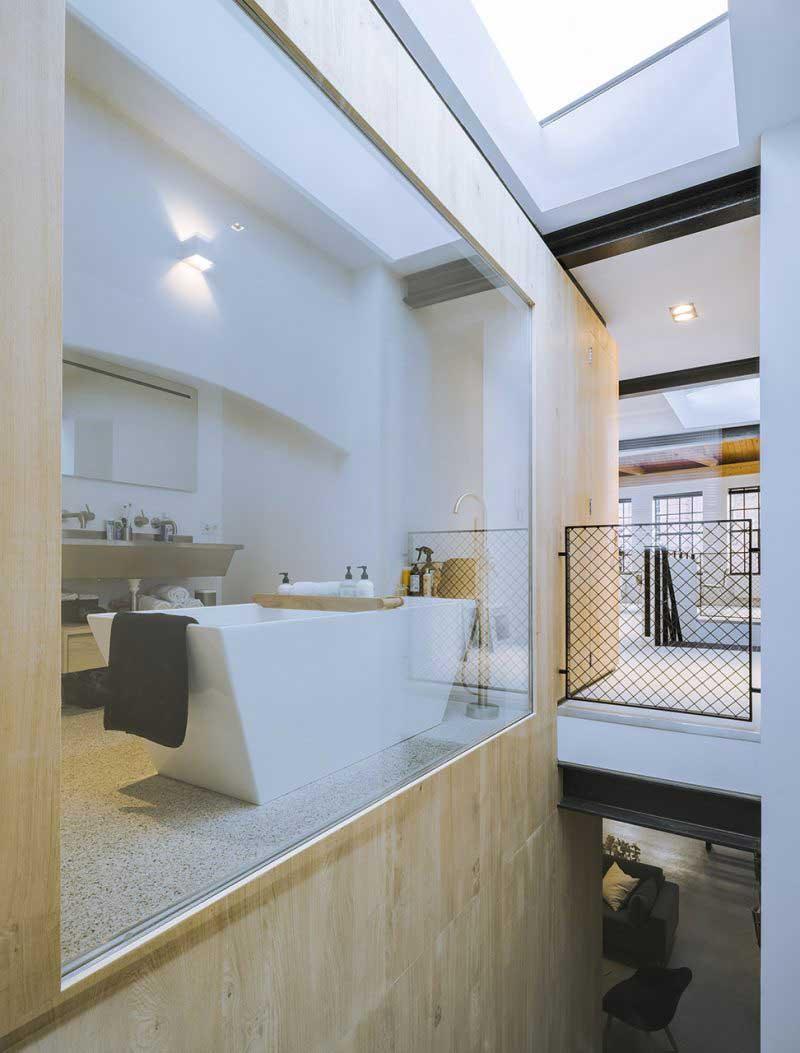 Salle de bains avec mur vitré