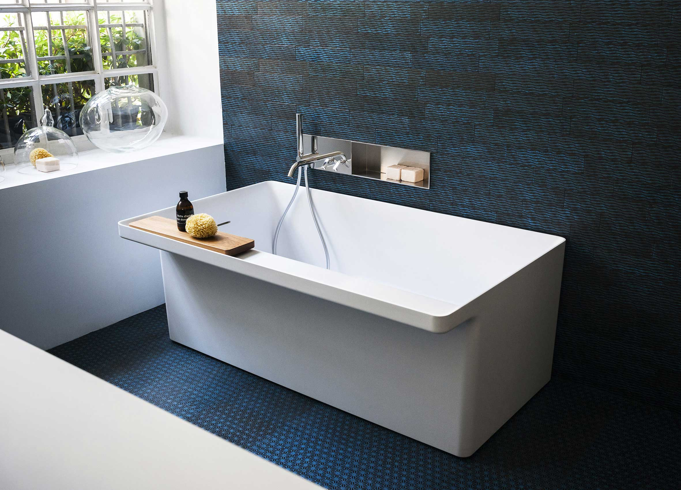 baignoire avec tablette de rangement. Black Bedroom Furniture Sets. Home Design Ideas