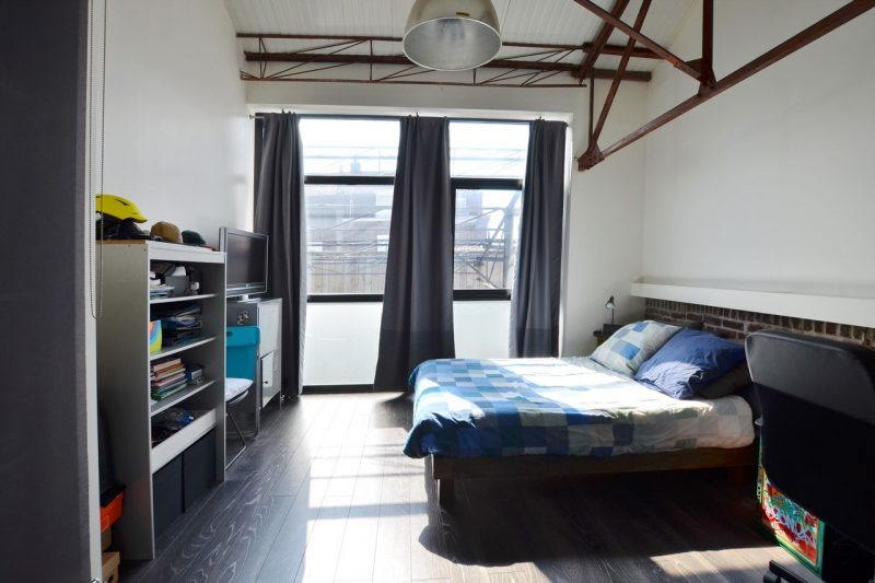 Chambre loft avec structure métallique