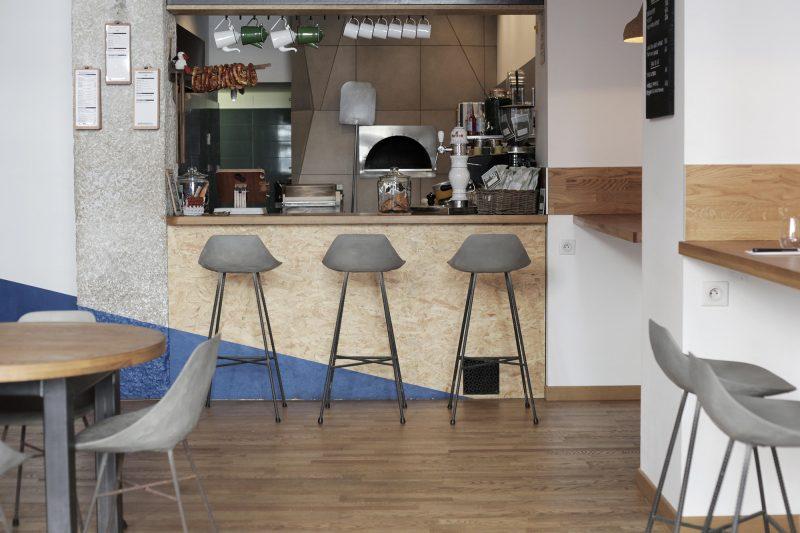 Chaises hautes de bar en béton