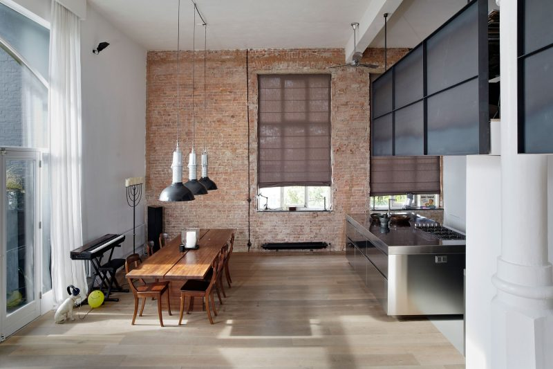 Mur avec briques brutes dans une salle à manger