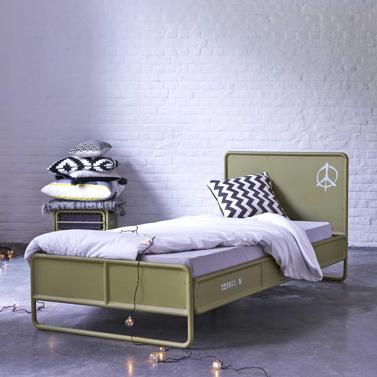lit pour enfant en m tal kaki. Black Bedroom Furniture Sets. Home Design Ideas