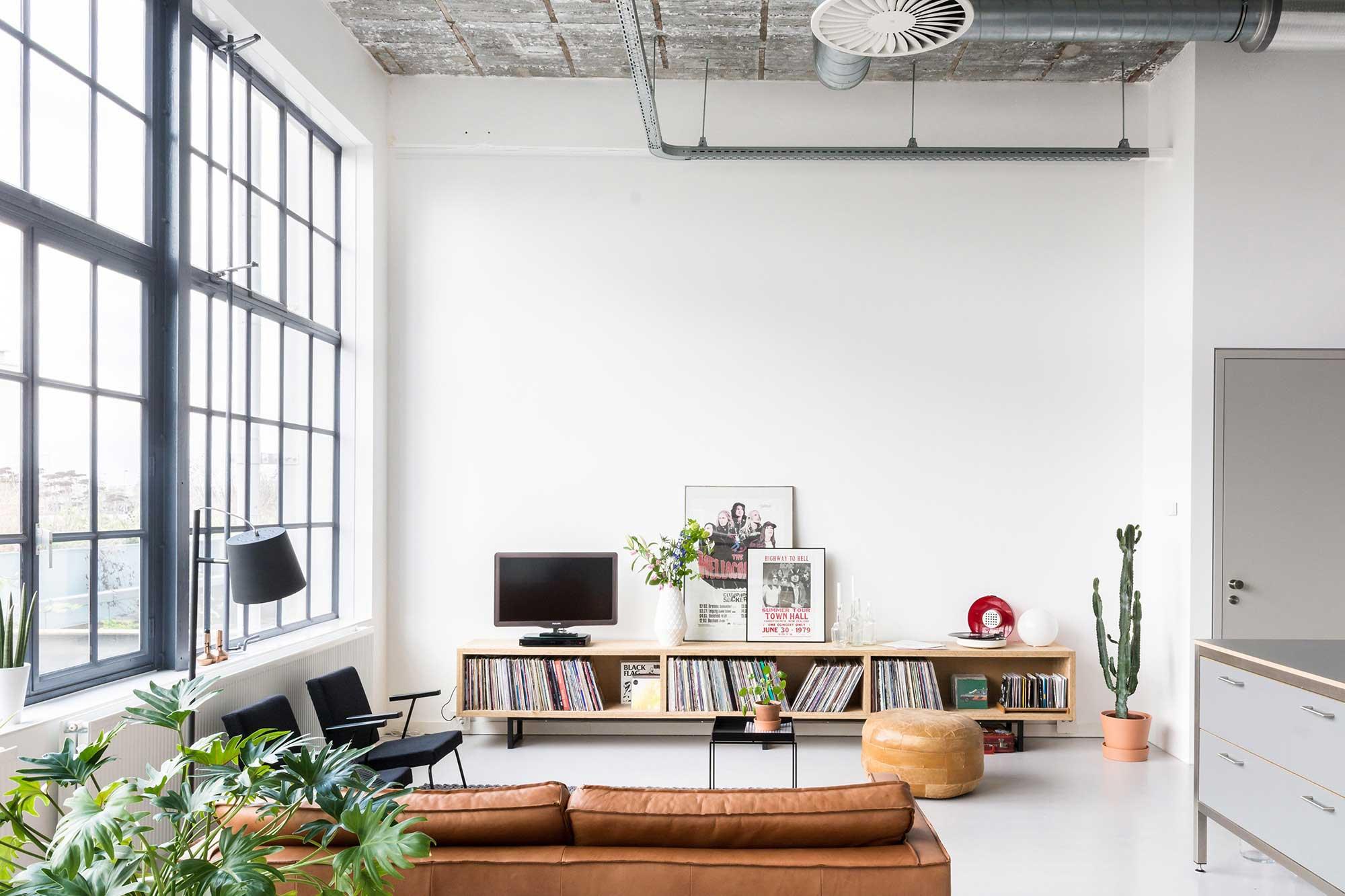 Salon industriel dans un loft for Vivre dans un loft