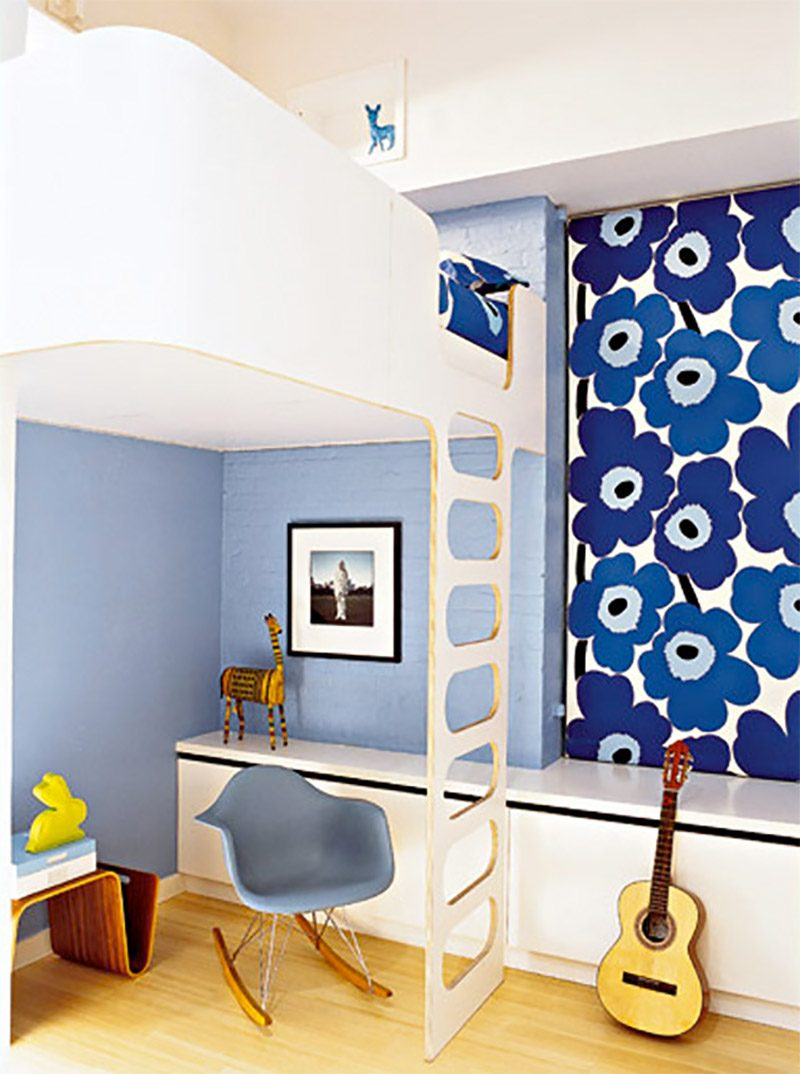 Lit mezzanine en bois dans une chambre d'enfant
