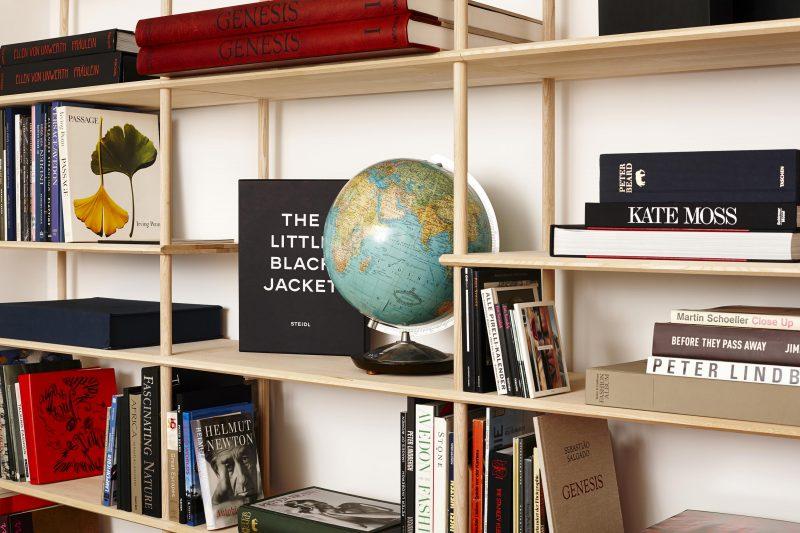 Bibliothèque en bois brut