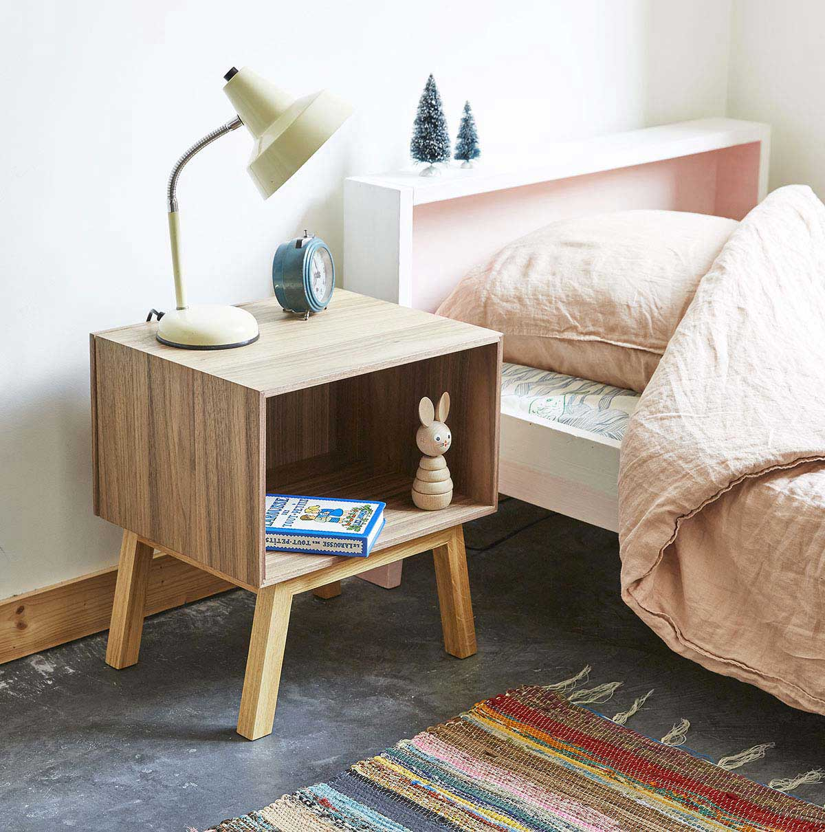 Table de chevet en noyer cubit for Table de nuit ikea en noyer