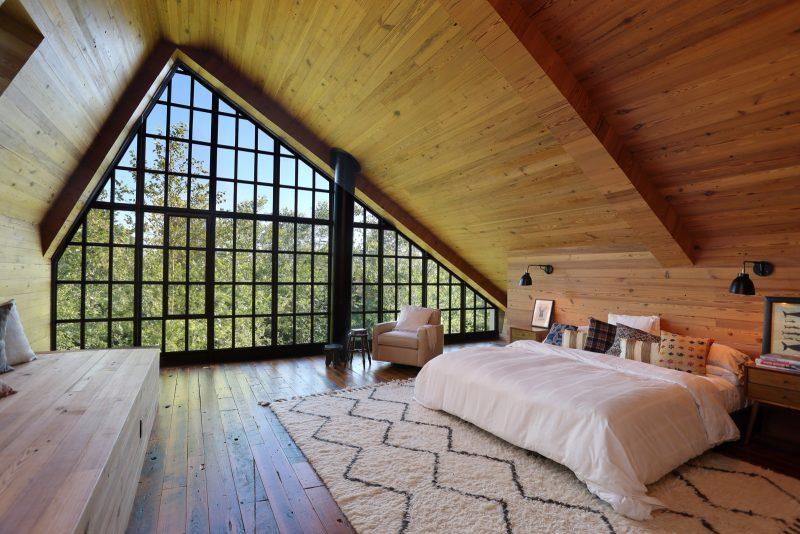 Chambre dans combles avec lambris