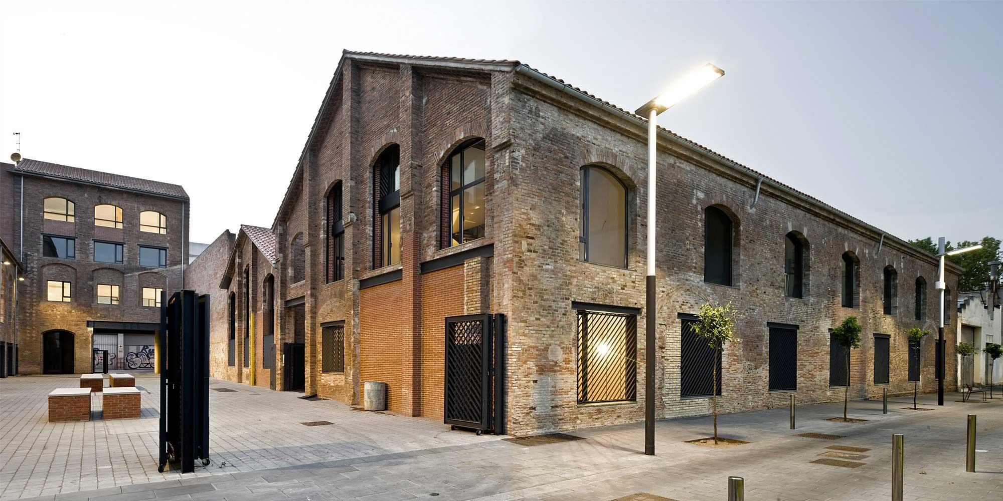 29 lofts dans une ancienne distillerie barcelone. Black Bedroom Furniture Sets. Home Design Ideas