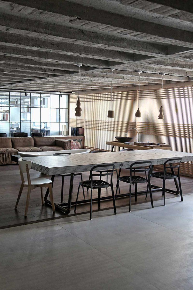 Loft avec plafond en béton