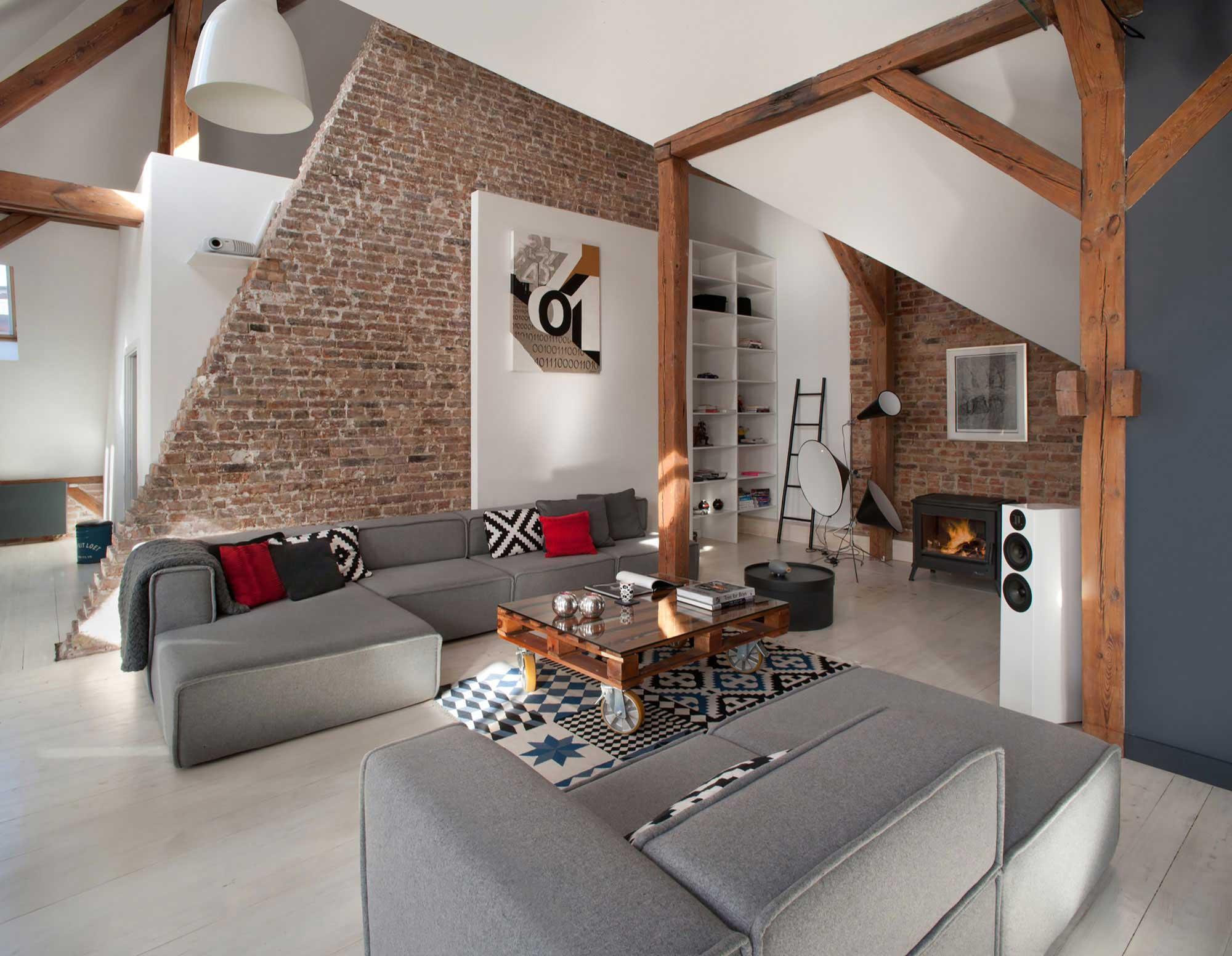 Salon moderne avec murs en briques for Idee loft garage