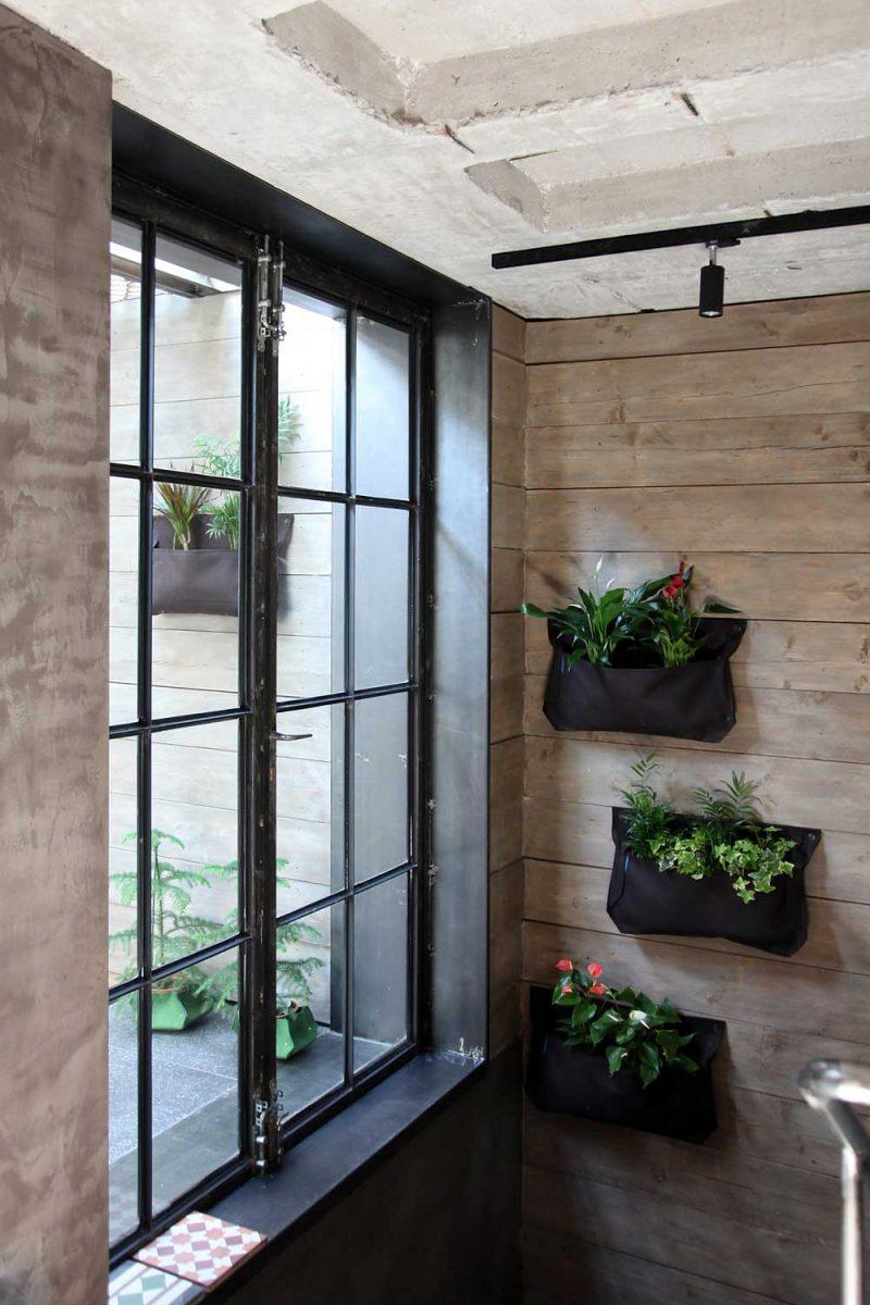Salle de bains avec mur en bois