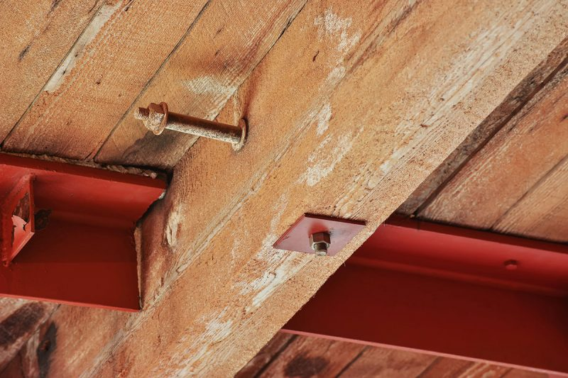 Loft avec plafond en bois