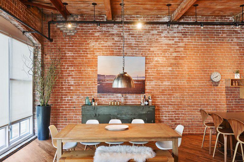 Mur en briques rouges dans un loft