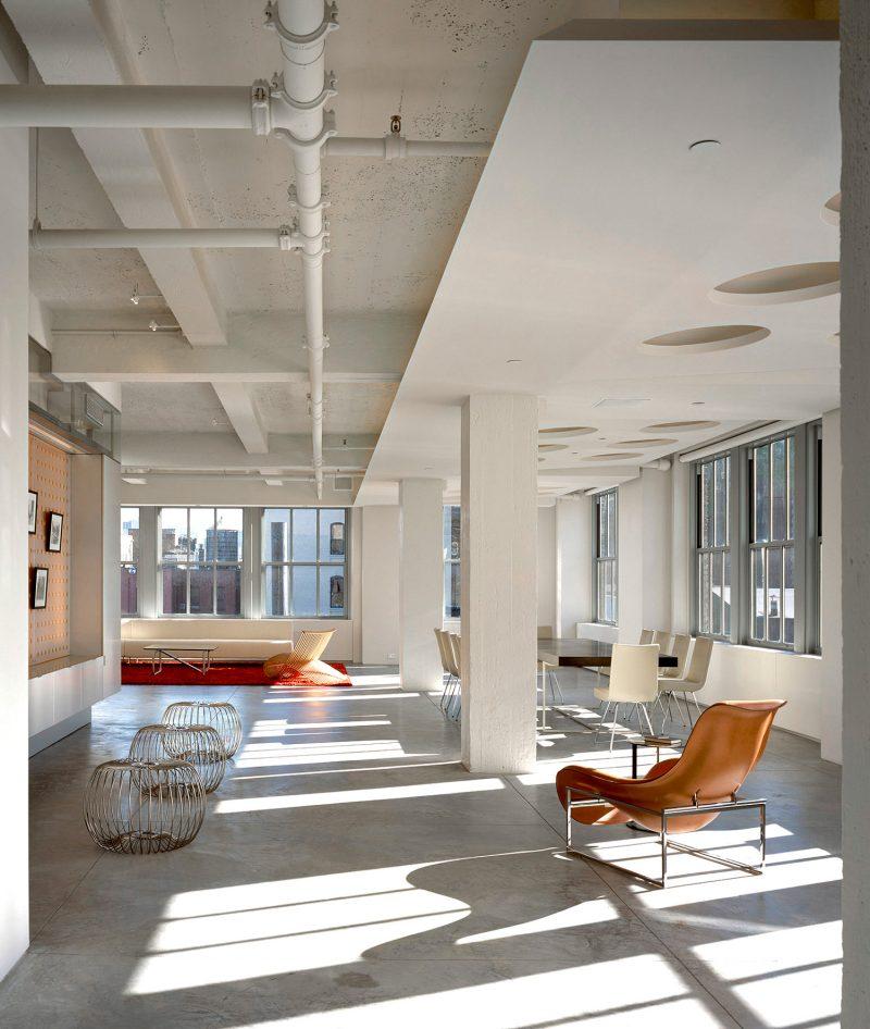 Loft avec plafond et sol en béton