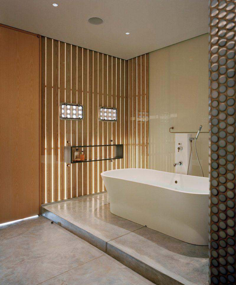 Salle de bains avec murs en tasseaux
