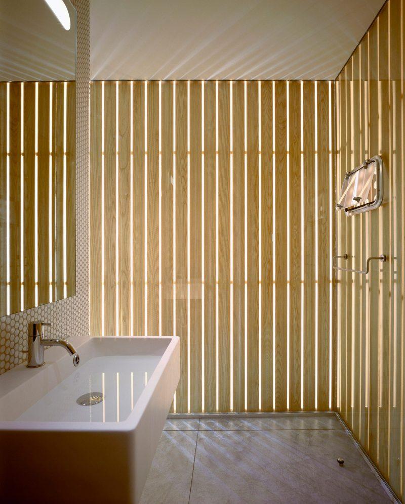 salle de bains avec murs en tasseaux. Black Bedroom Furniture Sets. Home Design Ideas