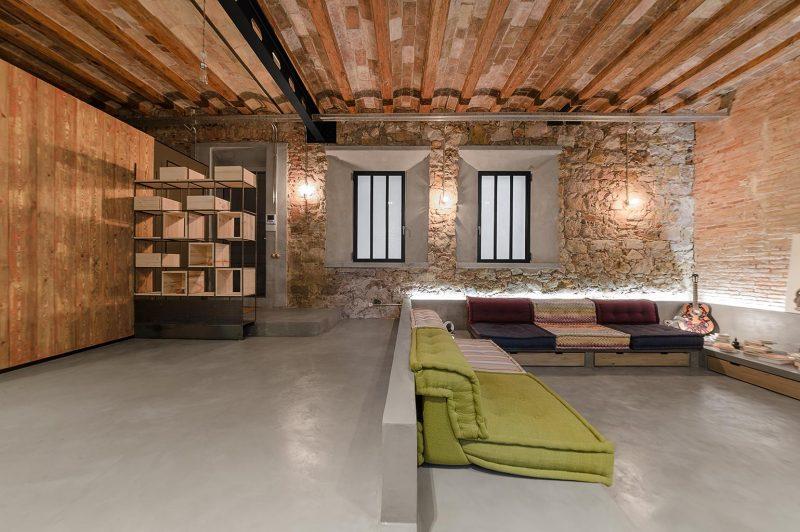 Salon en contrebas avec canapé intégré